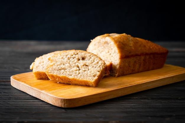 Pane alla banana fatto in casa o torta alla banana affettata