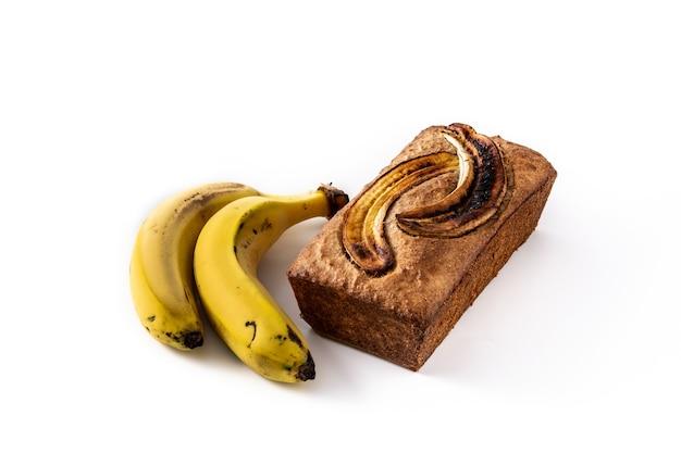 Pane alla banana fatto in casa isolato su priorità bassa bianca