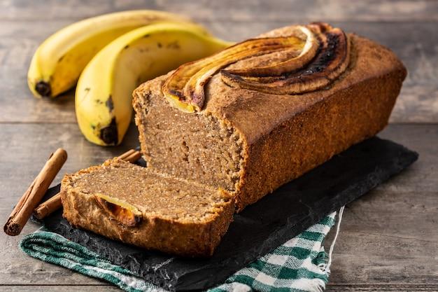 Pane alla banana fatto in casa sul tavolo in legno rustico.