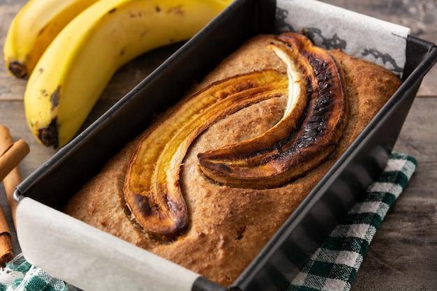 Pane alla banana fatto in casa sul tavolo in legno rustico