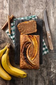 Pane alla banana fatto in casa sulla tavola di legno