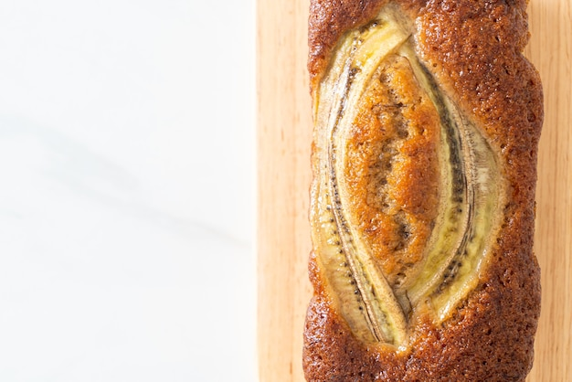 Torta di banana fatta in casa su tavola di legno