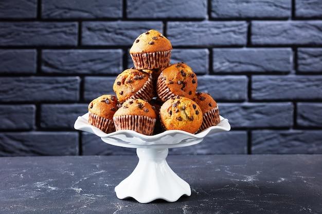 Muffin fatti in casa con gocce di cioccolato e banana