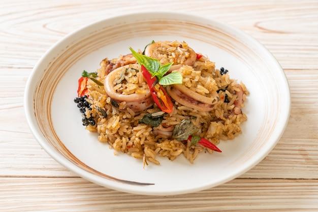 Basilico fatto in casa e riso fritto alle erbe piccanti con calamari o polpi - stile alimentare asiatico