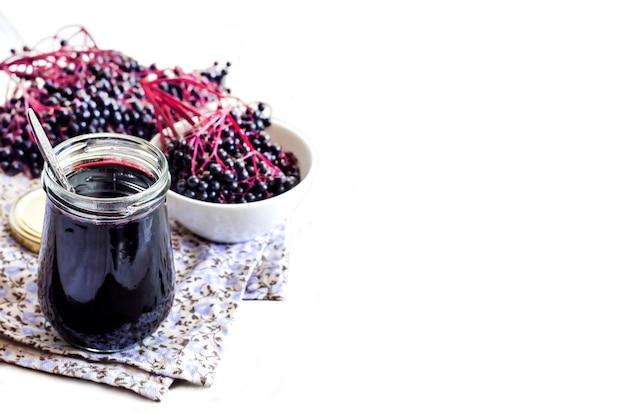 Sciroppo di sambuco nero fatto in casa in barattolo di vetro