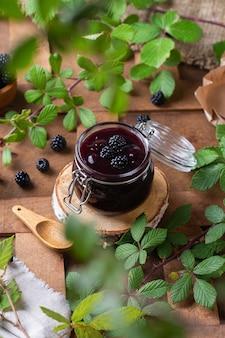 Marmellata di more fatta in casa o confettura da cucina conservata a casa