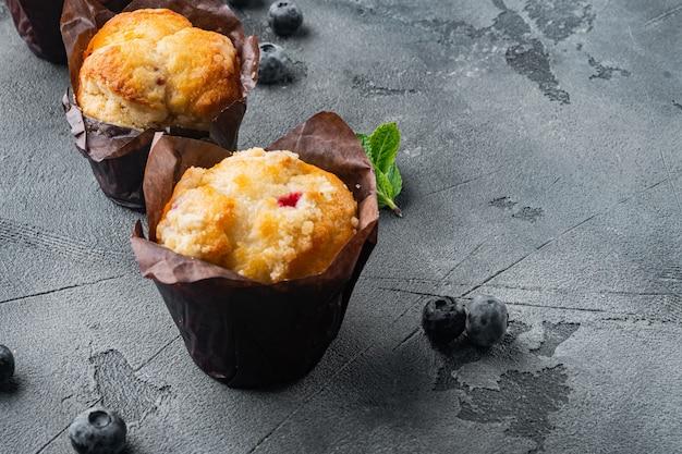 Muffin ai mirtilli fatti in casa, su grigio