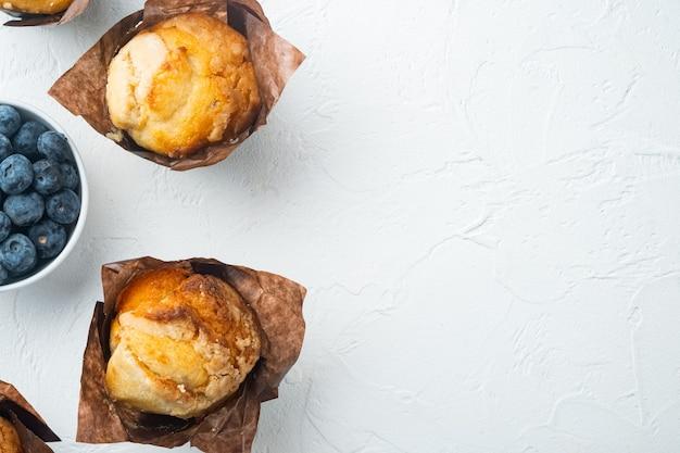 Muffin ai mirtilli fatti in casa, sul tavolo bianco, vista dall'alto laici piana con lo spazio della copia