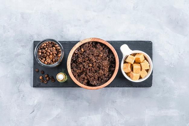 Scrub per il corpo fatto in casa con zucchero al caffè macinato e olio di cocco cosmetico fatto in casa per peeling vista dall'alto