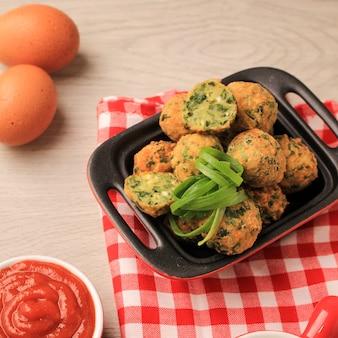 Bola tahu fatto in casa, palla di tofu con verdure e farina. servito con maionese e salsa piccante al tavolo