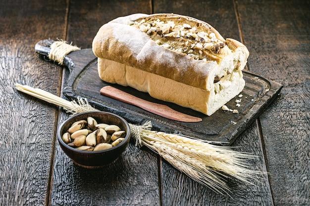 Pane fatto in casa di castanha do pará, originario dell'amazzonia, mandorle brasiliane ricche di sostanze nutritive