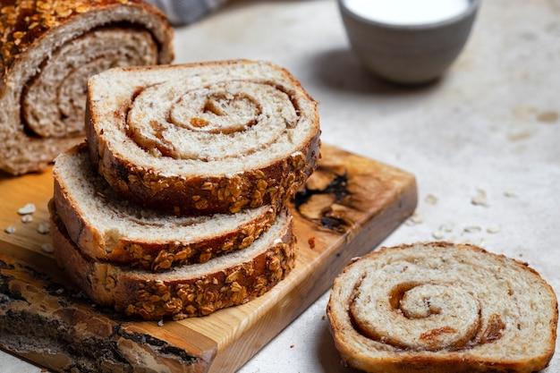 Fette di pane fatto in casa con uvetta, noci e cannella