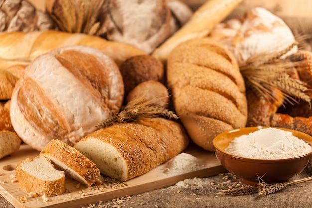 Pane fatto in casa, croissant sfoglia alla cannella, cibo per la colazione