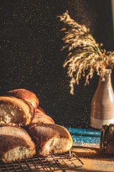 Panini fatti in casa alla cannella solo una parte dei panini a fuoco