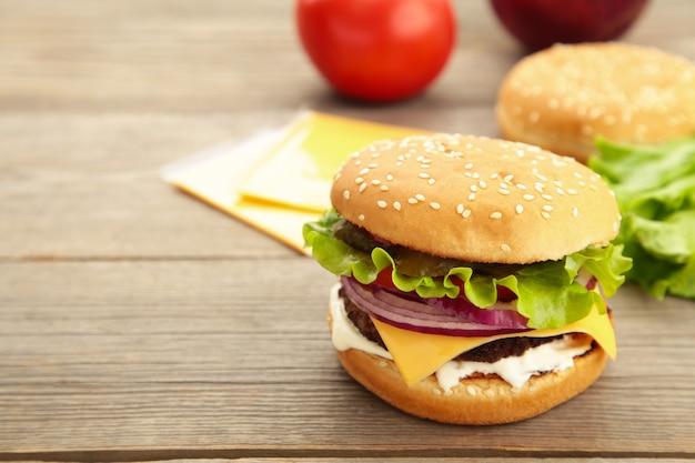 Ingredienti per hamburger fatti in casa disposti