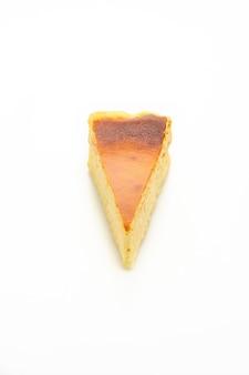 Cheesecake casalingo dell'ustione isolato su priorità bassa bianca