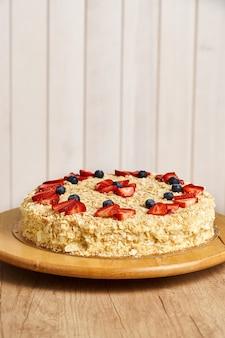 Torta napoleone fatta in casa. fondo in legno.