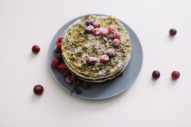 Torta fatta in casa con frutti di bosco sul tavolo bianco
