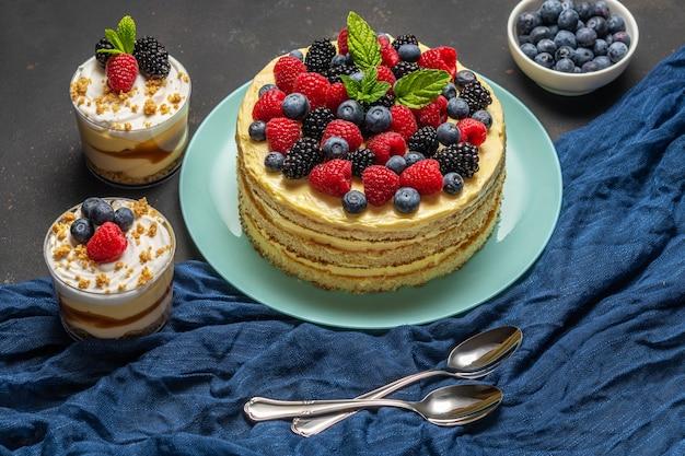 Torta fatta in casa con frutti di bosco freschi e dolci al buio
