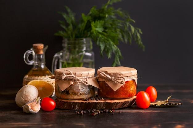 Conserve di pesce fatte in casa da sgombri in olio e concentrato di pomodoro. barattoli di vetro con pesce in scatola.