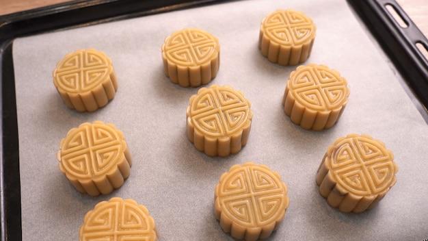 Pasticceria della torta della luna cantonese fatta in casa sulla teglia prima della cottura per la festa tradizionale, primo piano, stile di vita.