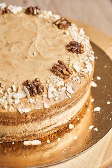 Torta al caramello fatta in casa sul tavolo. fondo in legno.