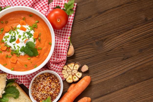 Zuppa di carote fatta in casa a base di ingredienti naturali.