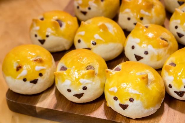 Cartone animato fatto in casa shiba inu faccia mooncake in un gruppo