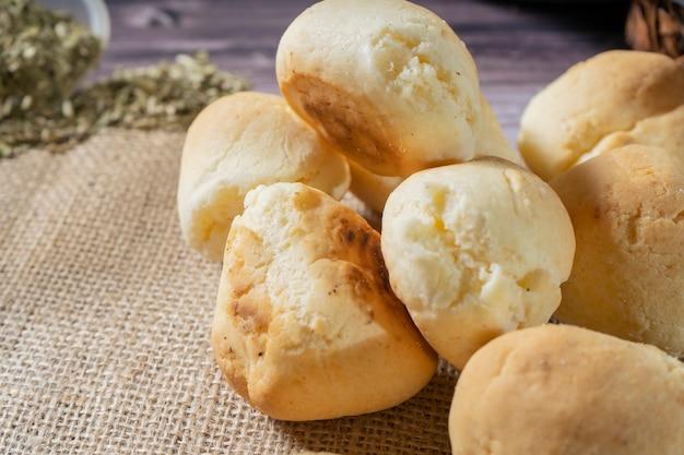 Pane fatto in casa con manioca e formaggio chiamato chipa pane classico con formaggio dall'argentina