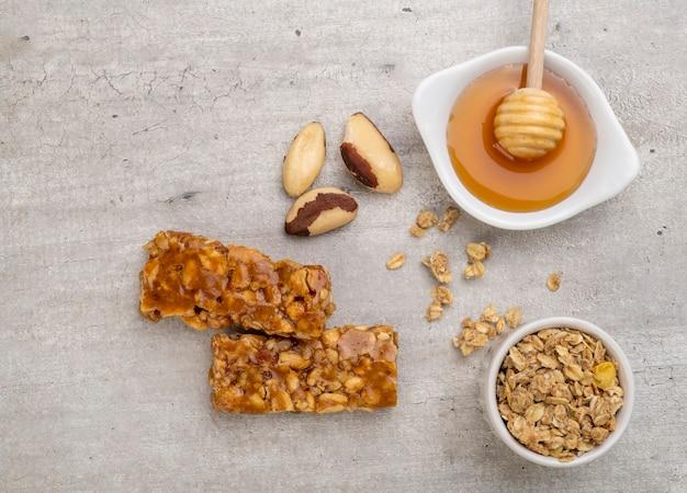 Barrette di cereali fatte in casa con noci, muesli, miele e copia spazio.