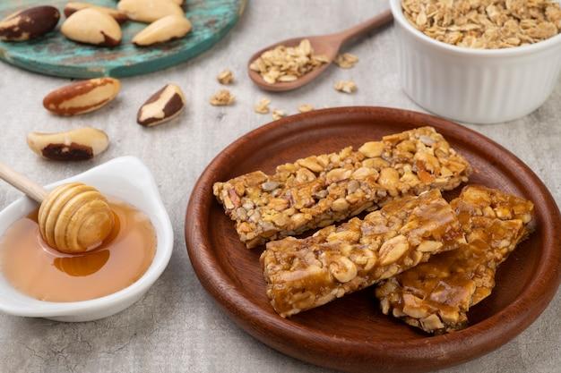 Barrette di cereali fatte in casa con noci, muesli e miele.