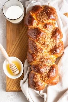 Pane challah fatto in casa su un tagliere di legno