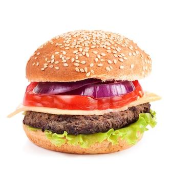 Cheeseburger fatto in casa con polpette di manzo e insalata fresca su panini al mare, isolato.