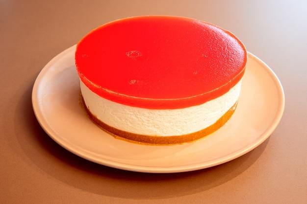 Cheesecake fatta in casa con gelatina di anguria sulla parte superiore (foto ravvicinata, fuoco selettivo)