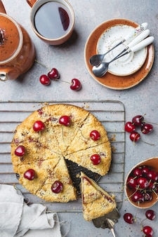 Torta di crumble di ciliegie fatta in casa con frutti di bosco freschi su rustico