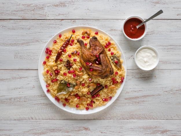 Biryani di pollo fatto in casa. il cibo tradizionale arabo lancia kabsa con carne.