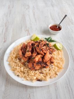 Biryani di pollo fatto in casa. il cibo tradizionale arabo lancia kabsa con carne