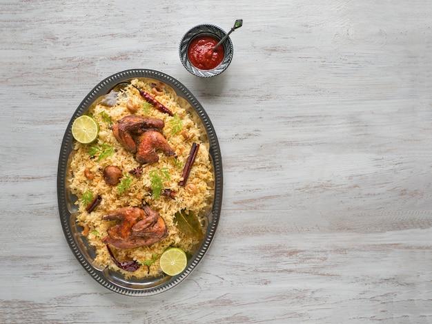 Biryani di pollo fatto in casa. ciotole di cibo tradizionale arabo kabsa con carne