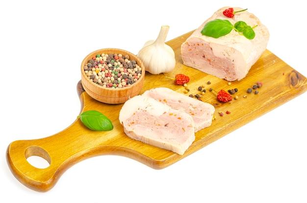 Rotolo di carne di filetto di pollo fatto in casa con verdure e spezie. foto in studio