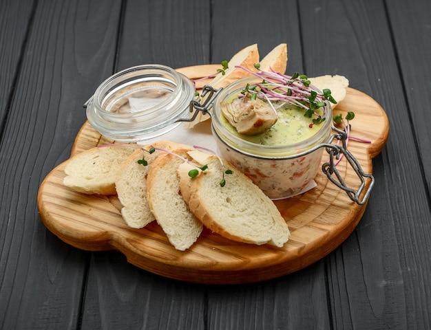 Patè di fegato di pollo fatto in casa nel vaso su un tavolo in legno rustico