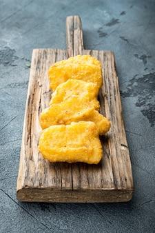 Bocconcini di pollo fatti in casa fritti su gray