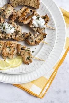 Spiedini di pollo fatti in casa con erbe aromatiche e spezie con salsa allo yogurt. cibo arabo