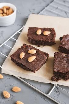 Brownie al cioccolato fatto in casa con noci di mandorle servito su un vassoio di metallo