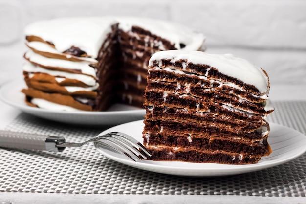 Torta al cioccolato artigianale con crema. fetta di torta su un piatto