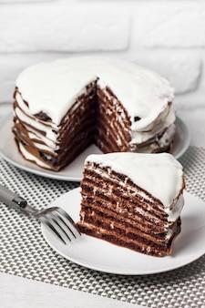 Torta al cioccolato fatta in casa con panna