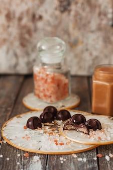 Caramelle al cioccolato fatte in casa con salsa al caramello salato su sfondo vintage