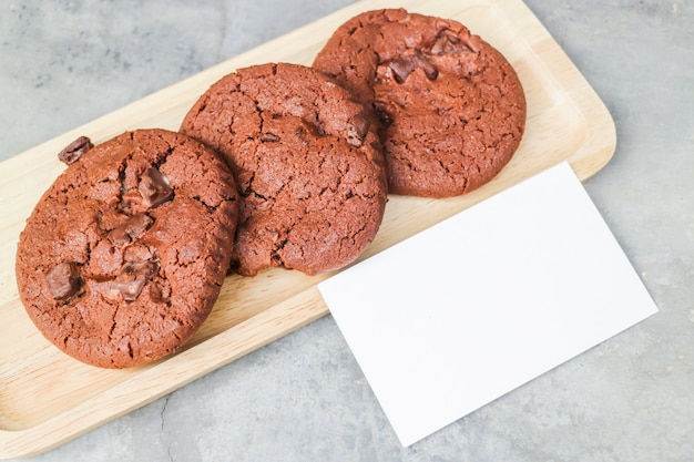 Biscotti al cioccolato fatti in casa con biglietto da visita in bianco