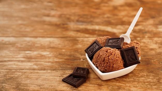 Gelato al cioccolato artigianale con pezzi di cioccolato in una ciotola bianca