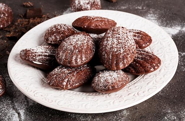 Madeleines al cioccolato fatti in casa sul tavolo scuro