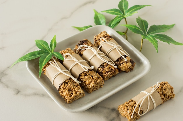 Barrette proteiche al cioccolato fatte in casa con semi di canapa e datteri. cibo vegano sano.